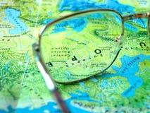 Vidros no mapa de mundo fotografia de stock