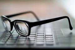 Vidros no teclado de computador Fotografia de Stock Royalty Free
