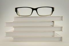 Vidros nos livros brancos Foto de Stock Royalty Free