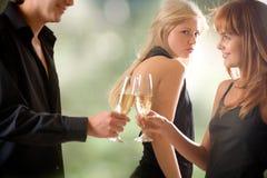 Vidros novos da terra arrendada dos pares com vista do champanhe e da mulher Fotografia de Stock