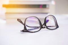 Vidros pretos à moda em um fundo branco Fotografia de Stock