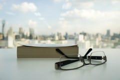 Vidros pretos dos homens com o livro Fotografia de Stock