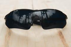 Vidros pretos na madeira Imagem de Stock Royalty Free