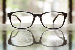 Vidros rachados na tabela da reflexão foto de stock