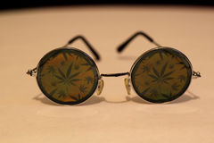 Vidros redondos da folha da marijuana fotos de stock royalty free