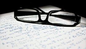 Vidros sobre uma folha da matemática Foto de Stock