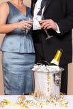 Vidros tocantes dos pares para um brinde de Champagne fotografia de stock