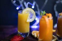 Vidros transparentes pequenos enchidos com os sucos diferentes P?ssego, laranja, banana, abric? imagem de stock royalty free