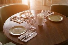 Vidros vazios e pratos ajustados no restaurante Imagens de Stock
