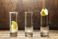 Vidros vazios para um cocktail em um fundo de madeira Imagem de Stock Royalty Free