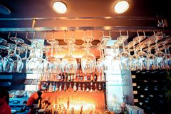 Vidros vazios que penduram na barra e na barra com Imagem de Stock