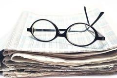 Vidros velhos no jornal imagem de stock