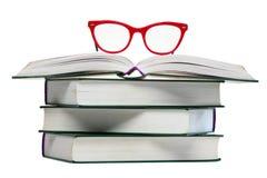 Vidros vermelhos no livro aberto foto de stock