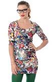 Vidros vestindo da jovem mulher que modelam Mini Dress apertado curto Fotografia de Stock