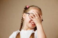 Vidros vestindo da menina bonita Fotos de Stock