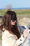 Vidros vestindo da mulher de negócio, escrevendo em um caderno perto do c Fotografia de Stock Royalty Free