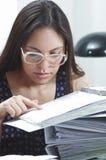 Vidros vestindo da mulher moreno latino-americano do escritório Imagem de Stock