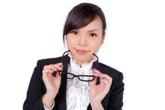 Vidros vestindo da mulher que guardam o quadro imagem de stock royalty free