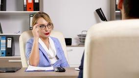Vidros vestindo da mulher que tomam uma entrevista do recrutamento do trabalho video estoque