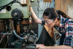 Vidros vestindo da proteção da segurança da mulher da fábrica imagem de stock