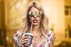 Vidros vestindo do eyewear da menina fresca do moderno Sorriso feliz Foto de Stock Royalty Free