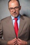 Vidros vestindo do homem de negócios calvo que levantam no fundo do estúdio Fotografia de Stock Royalty Free