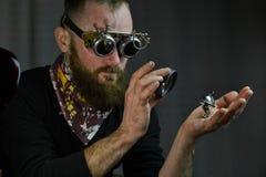 Vidros vestindo do homem de Steampunk Foto de Stock