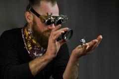 Vidros vestindo do homem de Steampunk Imagens de Stock Royalty Free