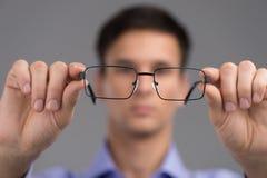 Vidros vestindo do homem para melhorar a visão Fotos de Stock