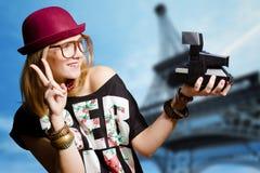 Vidros vestindo do moderno da menina que fazem o selfie dentro Imagens de Stock Royalty Free
