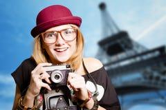 Vidros vestindo do moderno da menina que fazem o selfie dentro Fotos de Stock