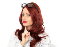 Vidros vestindo pensativos novos da mulher de negócio Fotografia de Stock Royalty Free