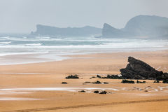 Vidsträckt ödelagd strand Arkivbild