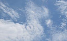 Vidsträckt blå himmel och molnhimmel för bakgrund Fotografering för Bildbyråer