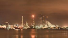vidsträckt hamnområde med den upplysta petrokemiska fabriken, Por av Antwerp, Belgien Royaltyfria Bilder