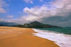 Vidsträckt sandig strand i Vietnam royaltyfri bild