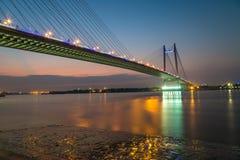 Vidyasagar-Brücke u. x28; setu& x29; auf Fluss beleuchtet der Ganges in der Dämmerung mit Stadt Reflexionen Lizenzfreie Stockfotos