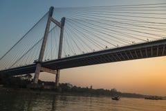 Vidyasagar setu桥梁如被看见从在河Hooghly的一条小船在微明 印度kolkata 免版税库存图片