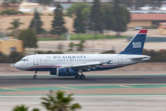 Vie aeree Airbus A319-132 che arriva a San Diego International Airport Immagini Stock Libere da Diritti