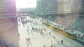 Vie ammucchiate della città del passaggio pedonale stile di vita urbano della città stock footage