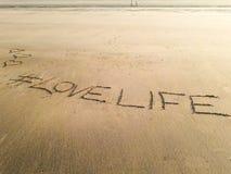 Vie amoureuse écrite sur le sable humide de la plage de Matoshinos Photo stock