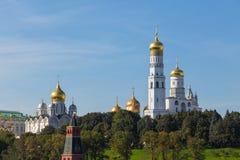 Vie as torres Ivan da grande catedral da Sino-torre e da suposição Moscovo, Rússia imagem de stock