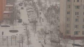 Vie dans la rue d'hiver dans une région de dortoir à Moscou clips vidéos