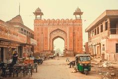 Vie dans la rue et porte historique de ville, magasin de nourriture local dans le secteur pauvre de la ville indienne Image libre de droits