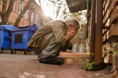 Vie dans la rue, homme sans abri squating pour laver le visage Image libre de droits