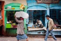 Vie dans la rue traditionnelle avec les vendeurs des épices fait des emplettes photo stock