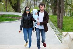 Vie de famille Parents et leur promenade de fils en parc Photos libres de droits