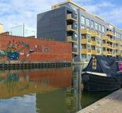 Vie de Waterside Appartements avec une vue de canal photo stock