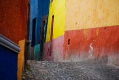 Vie del Cobblestone, San Miguel de Allende, Messico Fotografia Stock