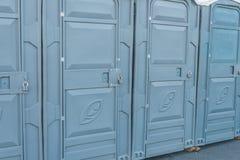 Vie della città chiusa sulle toilette pubbliche di un lucchetto immagine stock